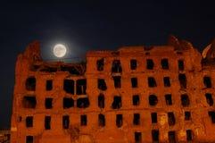 Lua e a casa destruída Imagem de Stock Royalty Free