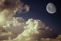 Lua e estrelas no céu azul da noite Fotos de Stock