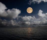 Lua e mar Imagem de Stock Royalty Free