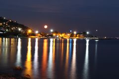 Lua e mar da ilha Fotografia de Stock