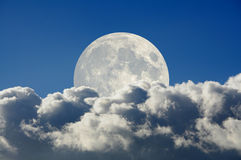 Lua e nuvens grandes Fotografia de Stock