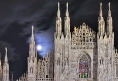 Lua em steeples da catedral, Milão Foto de Stock