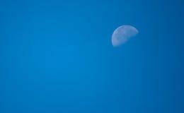 A lua… em uma noite nebulosa Foto de Stock