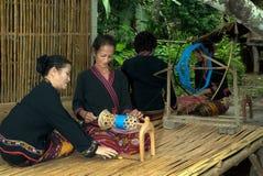 Lua Hill Tribe-de minderheid spint spoelen wordt gemaakt van bamboe in T Stock Afbeelding