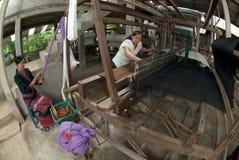 Lua Hill Tribe-de minderheid weeft met weefgetouw in Thailand Stock Foto's