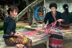 Lua Hill Tribe, die Minderheit Spulen spinnt, wird vom Bambus in T gemacht Lizenzfreies Stockbild