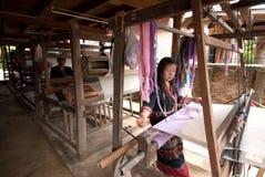 Lua Hill Tribe-Minderheit spinnt mit Webstuhl in Thailand Lizenzfreie Stockfotografie