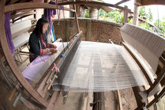 Lua Hill Tribe-Minderheit spinnt mit Webstuhl in Thailand Stockbilder