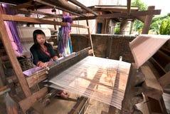 Lua Hill Tribe-Minderheit spinnt mit Webstuhl in Thailand Stockfotografie
