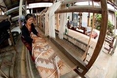 Lua Hill Tribe-Minderheit spinnt mit Webstuhl in Thailand Stockbild
