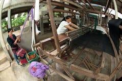 Lua Hill Tribe-Minderheit spinnt mit Webstuhl in Thailand Lizenzfreie Stockbilder