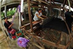 Lua Hill Tribe-Minderheit spinnt mit Webstuhl in Thailand Lizenzfreies Stockfoto