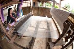 Lua Hill Tribe-Minderheit spinnt mit Webstuhl in Thailand Lizenzfreies Stockbild