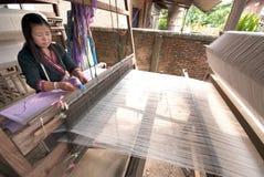 Lua Hill Tribe-Minderheit spinnt mit Webstuhl in Thailand Lizenzfreie Stockfotos