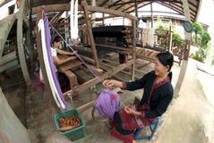 Lua Hill Tribe minoritet väver med vävstolen i Thailand Royaltyfria Bilder