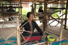 Lua Hill Tribe que a minoria está girando carretéis é feita do bambu em T Fotografia de Stock