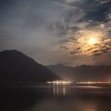 Lua nebulosa acima do mar Fotos de Stock Royalty Free
