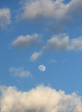 Lua no céu e nas nuvens Fotografia de Stock