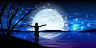 Lua no céu noturno mágica do estiramento das mãos do homem foto de stock royalty free