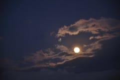 Lua no céu nocturno e nas nuvens Fotos de Stock Royalty Free