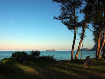 Lua no céu sobre a praia de Waimanalo Fotografia de Stock Royalty Free