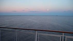 A lua no horizonte fora do navio vídeos de arquivo