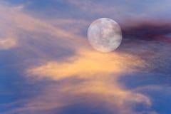 A lua nubla-se céus Fotografia de Stock