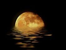 Lua que levanta-se sobre o mar Fotos de Stock Royalty Free