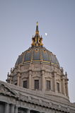 Lua sobre a câmara municipal de SF Imagem de Stock