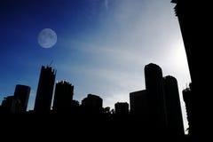 Lua sobre a cidade. Foto de Stock