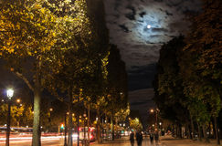 A lua sobre a cidade Imagens de Stock Royalty Free