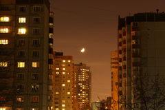 Lua sobre a cidade Imagens de Stock