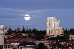 Lua sobre a cidade fotografia de stock royalty free