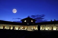 Lua sobre o edifício do hotel Imagens de Stock Royalty Free
