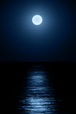 Lua sobre o mar Fotografia de Stock Royalty Free