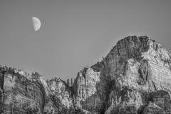 Lua sobre o templo do leste fotos de stock royalty free