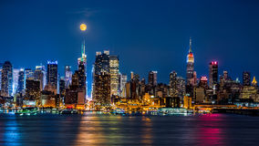 Lua super acima da skyline de New York fotografia de stock