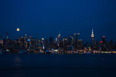 Lua super e skyline na noite Imagens de Stock Royalty Free