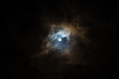 Lua super no céu nebuloso Foto de Stock
