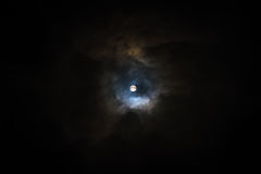 Lua super no céu nebuloso Fotografia de Stock