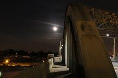 Lua super sobre a ponte #2 fotografia de stock