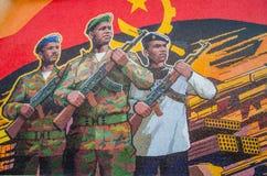 LUANDA ANGOLA - APRIL 28 2014: Inbördeskrigminnesmärke som visar den angolanska flaggan och soldater på Fortaleza de Sao Miguel Royaltyfri Fotografi