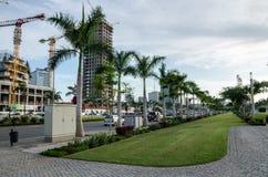 Luanda, Angola - 28 de abril de 2014: Passeio do ` s de Luanda com palmas e construção de construções altas modernas da elevação  imagem de stock