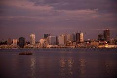Luanda fjärdhorisont vid natt, Angola Royaltyfri Foto