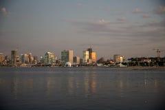 Luanda stad på Dusk_Angola strand_Night Arkivfoton