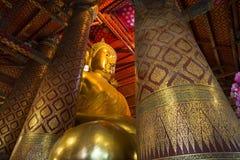 Luang Pho Tho, 19 mede a Buda alta, Wat Phanan Choeng, Ayutthaya, Tailândia Fotos de Stock