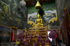 Luang Pho Wat Rai Khing ist eine Statue von Buddha für die betenden Leute Lizenzfreie Stockfotos