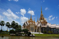 Luang Phor till templet Royaltyfria Foton