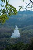 Luang Pora Khao lub biały duży Buddha na Si Siat górze, Wat Theppitak Punnaram, Phaya jen, Pakchong okręg, Nakhon Ratchasima, nor Obrazy Stock