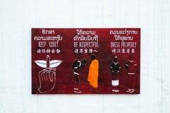 Luang Prabang, Λάος - κατάλληλες πληροφορίες τρόπων για το ξύλινο σημάδι στοκ φωτογραφίες